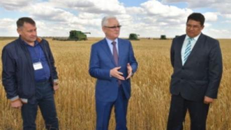 Аким СКО призвал аграриев региона ускорить темпы уборочной кампании