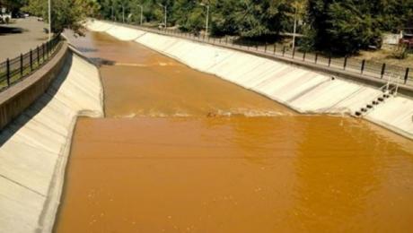 В Алматы река Есентай окрасилась в оранжевый цвет