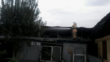 В Алматы сгорела кровля бани на участке жилого дома