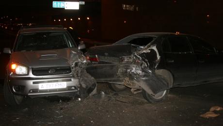В Алматы водитель Тойоты врезался в сломанный автомобиль