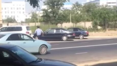 Полицейские в Актау нарушают правила дорожного движения