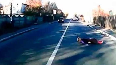 Видео в Сети: женщина легла на дорогу перед ехавшей машиной