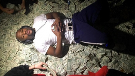 Боксер Мэйуэзер искупался в деньгах