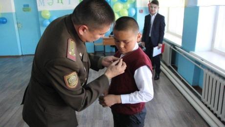Школьник из ВКО получил награду за спасение детей из горящего дома