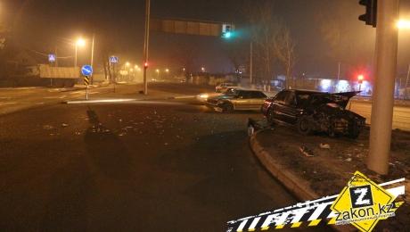 В Алматы водитель Honda не успел проскочить перекресток и попал в ДТП