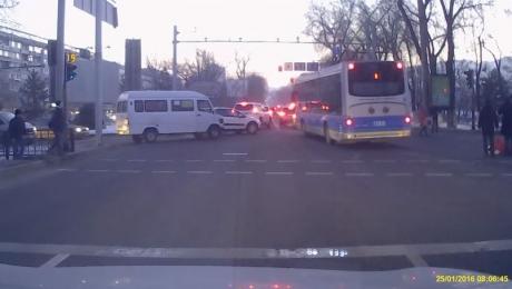 Водитель троллейбуса, совершивший наезд на пешехода в Алматы, водворен в изолятор